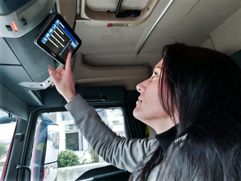 """""""Trucker Babe"""" Melina geht mit Telematik von Trimble auf Nummer sicher"""